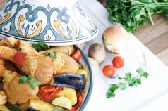 Marokkanische Tajine mit Gemüse und Huhn