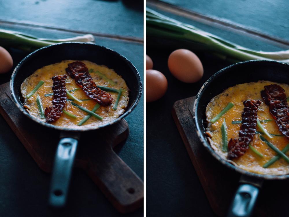 omlett-bacon-eier-fruehlingszwiebeln